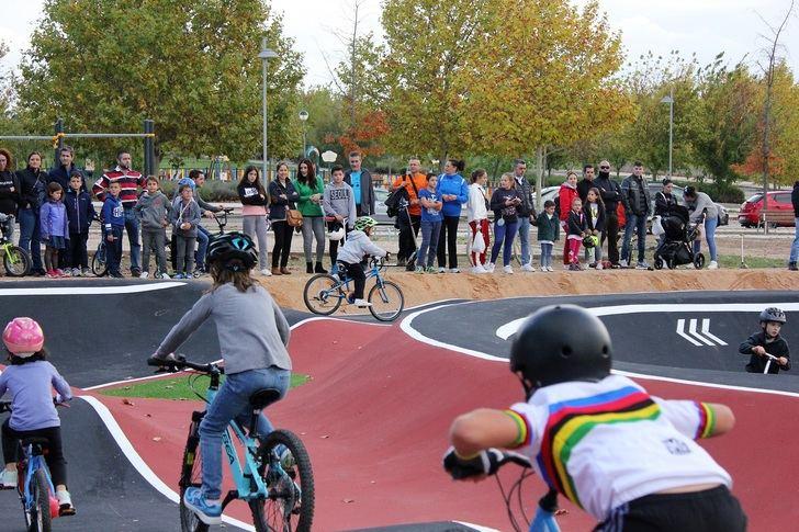 Decenas de niños y jóvenes abarrotan el circuito de Pump-Track de Valdeluz en el día de la inauguración