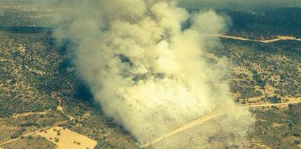 Medios aéreos trabajan en la extinción de un incendio en Cifuentes