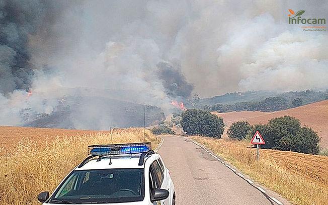 Desalojan una urbanización en El Casar por un incendio de cereal y pasto, 12 medios aéreos, 14 terrestres y 89 efectivos trabajan en la extinción