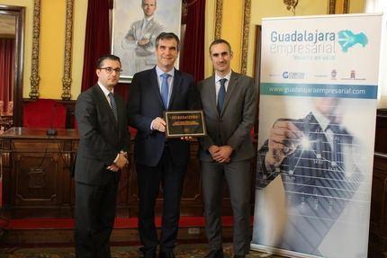 "El alcalde Guadalajara recibe la plaza conmemorativa ""Invest in cities 2018"""