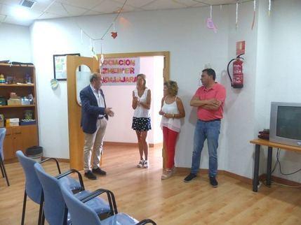 El presidente de la Diputación de Guadalajara visita la Asociación de Enfermos de Alzheimer en la capital