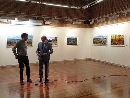 José Manuel Latre inaugura la exposición fotográfica 'Andar y ver la provincia de Guadalajara' de Nacho Abascal