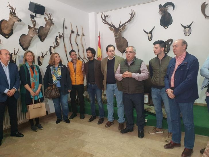 Latre muestra su apoyo al sector cinegético en la feria de la Caza y Medio Rural de Illana