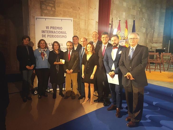 El presidente de la Diputación de Guadalajara hace entrega del Premio de Periodismo Manu Leguineche a Pilar Bonet