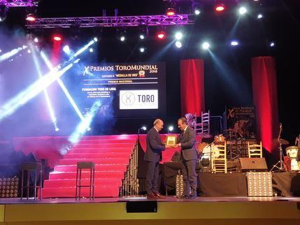 El presidente de la Diputación, José Manuel Latre, entrega el Premio Medalla de Oro a la Fundación Toro de Lidia en la Gala Toromundial