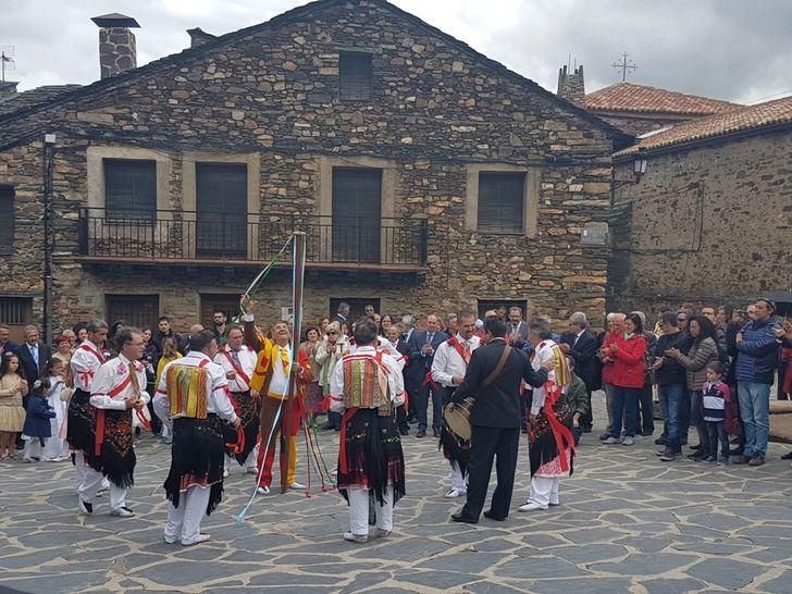 El presidente de la Diputación asiste a las Danzas y Bailes de la Octava del Corpus en Valverde de los Arroyos