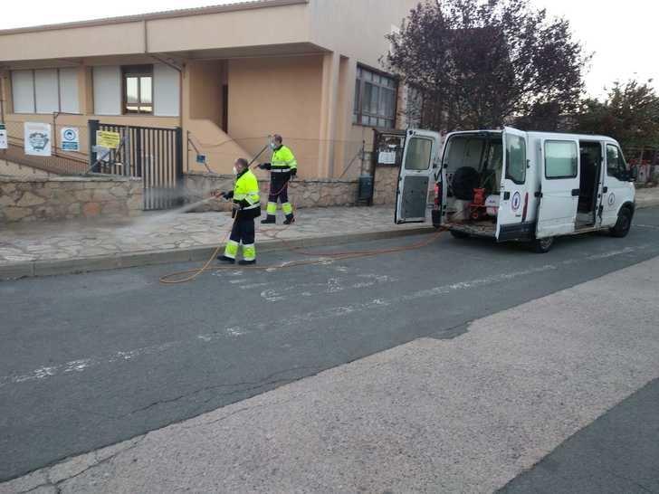 Cinco trabajadores emplean su jornada laboral diaria a desinfección antiCOVID19 en Sigüenza