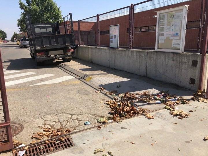 Los maestros de Villanueva de la Torre han vuelto 'al cole' con 'tarea' : Limpiar los centros antes de que los niños se incorporen a las aulas