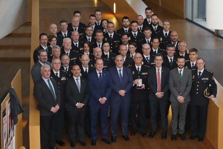 El delegado del Gobierno felicita a la Comisaría de Policía Nacional de Guadalajara por la concesión de la Medalla de Oro de la Ciudad