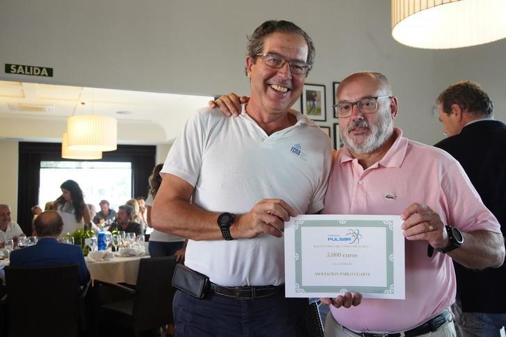 Miguel Miguez entrega el otro cincuenta por ciento a Javier Franco, de la Fundación Pablo Ugarte