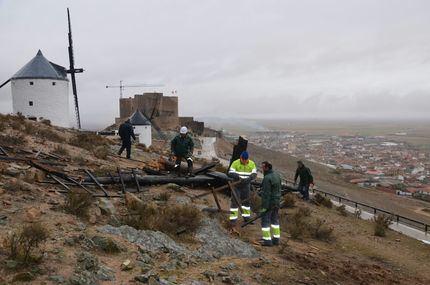 Consuegra ya trabaja a fondo para recuperar su emblemático Cerro Caldérico por los daños causados por el viento