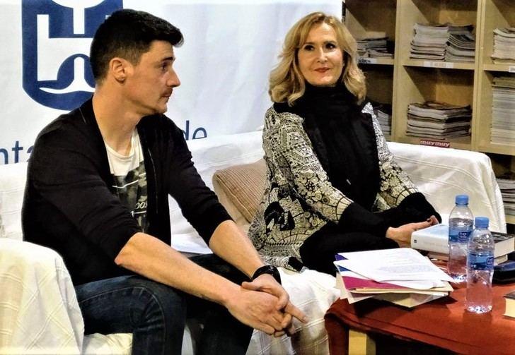 La periodista Nieves Herrero desvela los entresijos de su novela 'Esos días azules' a los lectores de Valdeluz