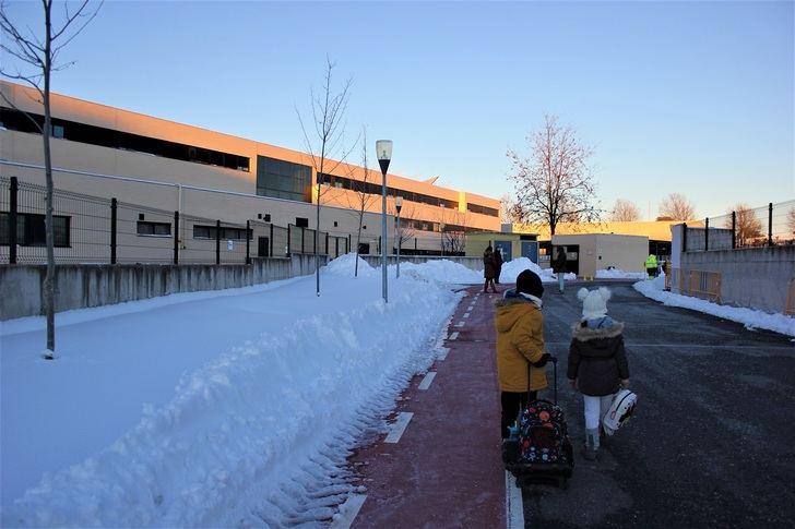 El Ayuntamiento de Yebes retira toneladas de nieve para abrir a tiempo el colegio público 'Jocelyn Bell' de Valdeluz