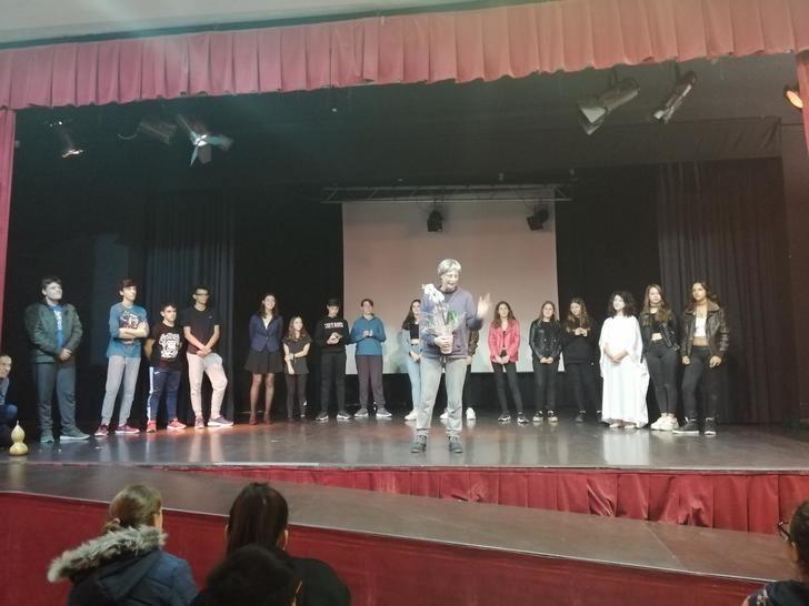 Obra de teatro de escolares delante de la propia autora en Alovera