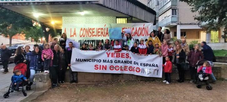Desilusión de la Asociación de padres y madres del Colegio Público Jocelyn Bell de Valdeluz-Yebes que fueron en busca de Emiliano García-Page
