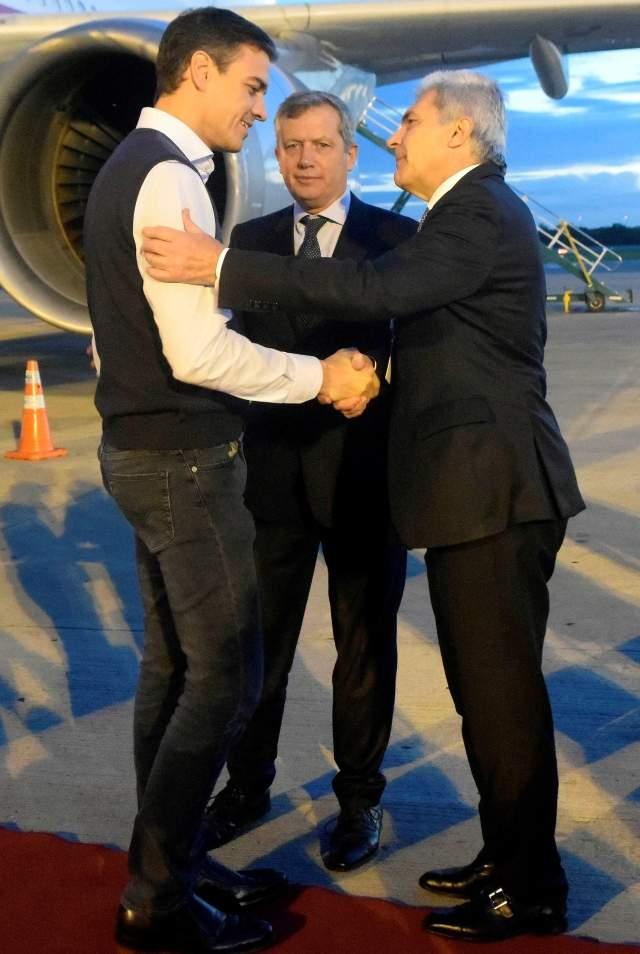 """Pedro Sánchez """"sorprende"""" con su look (vestido de botones) en la llegada de líderes al G-20"""