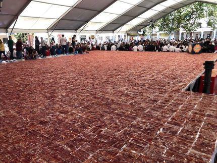 El plato de jamón más grande del mundo se ha cortado este domingo en Torrijos de la mano de Embutidos España