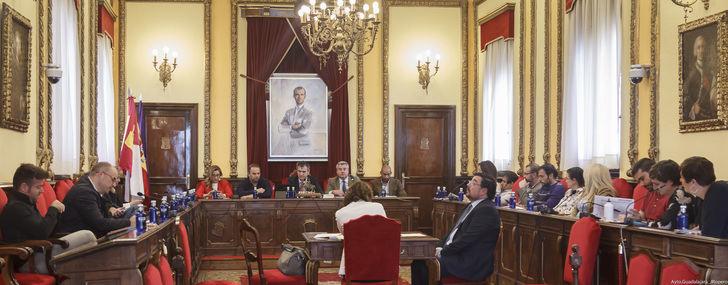 El Pleno aprueba los créditos que garantizarán las subvenciones de carácter cultural y deportivo y la subida salarial de los funcionarios del ayuntamiento de Guadalajara