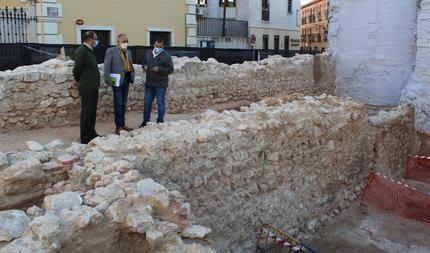 Los restos aparecidos en un primer nivel tras el derribo del edificio de la calle Mayor 47 de Guadalajara no corresponden a la muralla medieval ni a la Puerta del Mercado