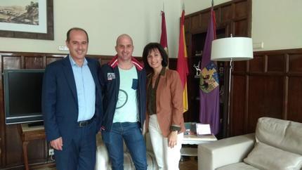 El alcalde de Guadalajara recibe al bombero, Jorge Serrano, cuyo palmarés deportivo atesora decenas de premios