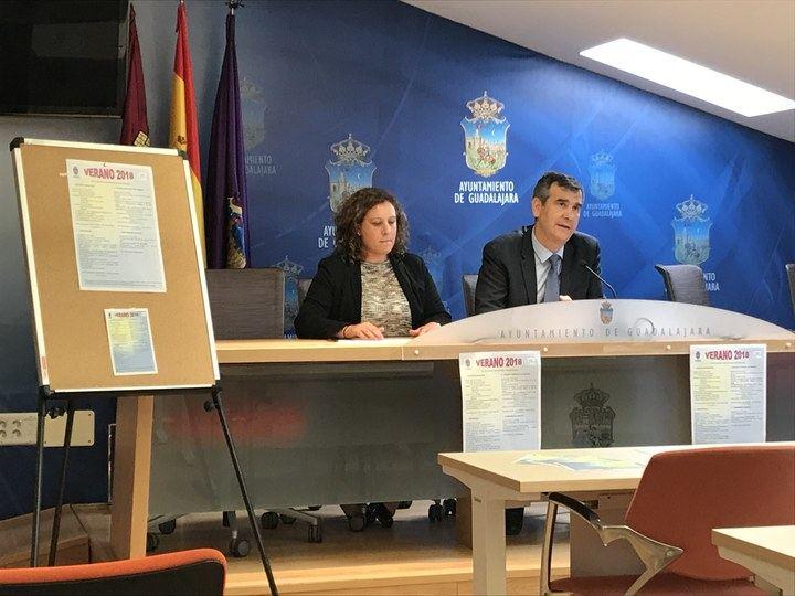 Antonio Román presenta los programas diseñados por el Ayuntamiento para favorecer la conciliación durante este verano