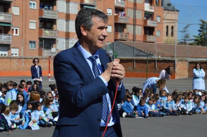Antonio Román conoce las actividades organizadas por el colegio Maristas Champagnat dentro de su Semana Solidaria