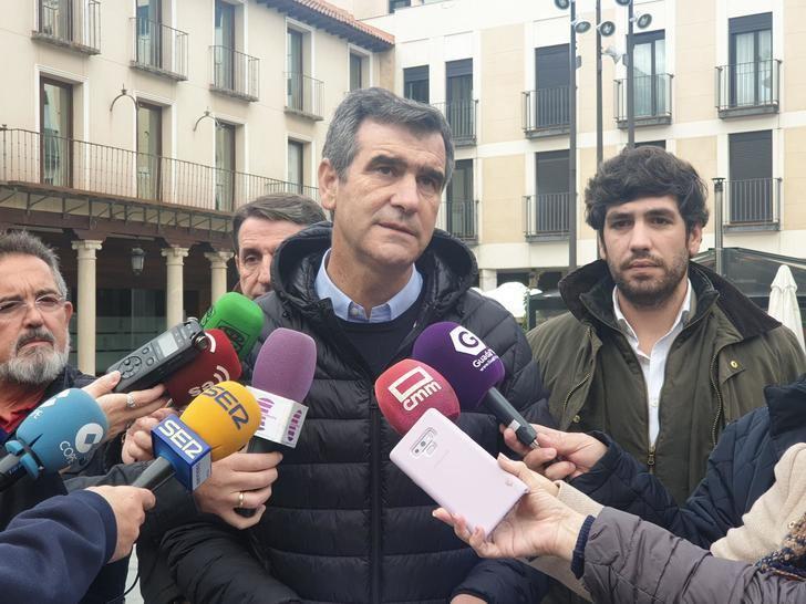 Antonio Román demuestra con los informes en la mano que siempre se actuó dentro de la legalidad en el Mercado de Abastos