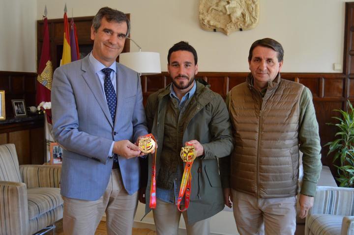 Antonio Román felicita a Emilio Mínguez por sus últimos triunfos en el Campeonato de España de Kenpo