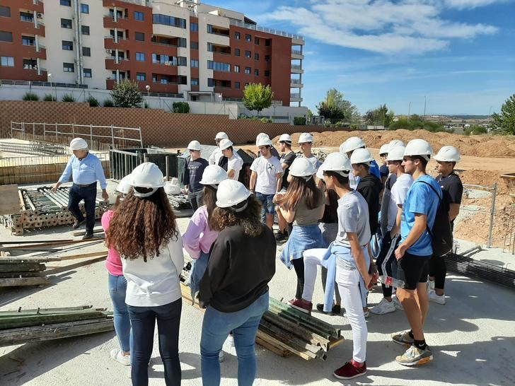 Los alumnos del Colegio Salesiano de Guadalajara celebran el día Internacional de la Arquitectura