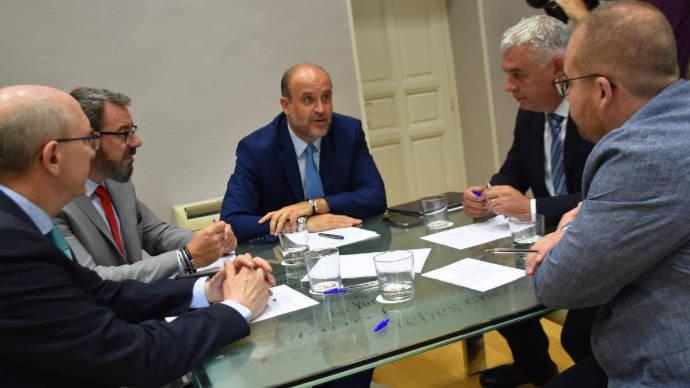 El vicepresidente del Gobierno de Castilla-La Mancha apuesta por la colaboración institucional para luchar contra la brecha digital y financiera