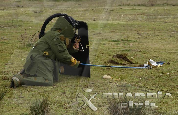 Los TEDAX detonan un proyectil de artillería encontrado en una casa de Fontanar