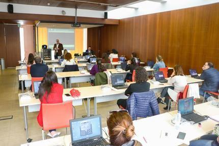 El Gobierno de Castilla-La Mancha habilita una nueva línea telefónica gratuita para ofrecer recomendaciones sanitarias ante la presencia de síntomas por coronavirus: el 900 232323