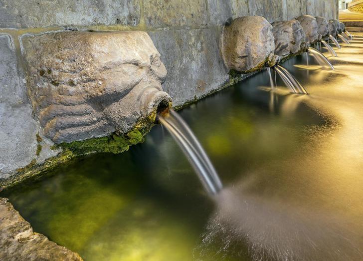 Tres de los trece caños de la simbólica fuente de Albalate de Zorita (Guadalajara) dejan de manar agua