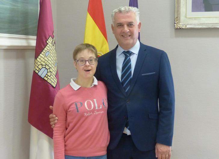 José Luis Vega felicita y desea nuevos triunfos deportivos a Marta Martínez, antes de su participación en los INAS Global Games