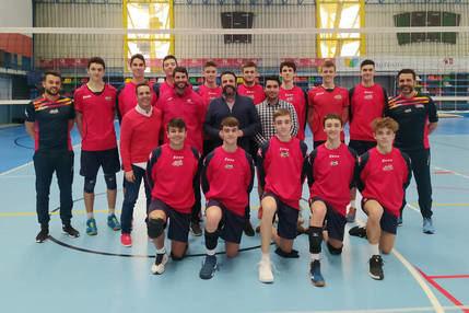 El alcalde y el concejal de Retos Deportivos, con la Selección Española de Voleibol Sub 18 masculina. Fotografía: Ayuntamiento de Azuqueca