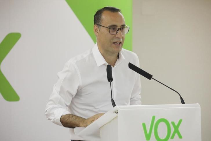 """De Miguel (Vox) : """"Parecía evidente que la neutralidad del Ayuntamiento de Guadalajara fue atacada al colocar la bandera LGTBI en su balcón y que se vulneró el uso de las banderas"""""""