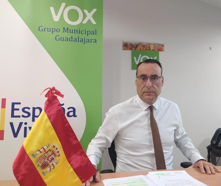 """VOX afea que Rojo """"tenga memoria para dilapidar dinero en apología ideológica, pero olvide que los guadalajareños no puedan pagar el recibo de la luz"""""""