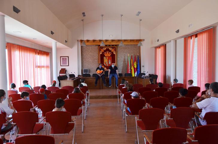 Los niños del Campamento de Verano 'Summer Fun' visitan el Ayuntamiento de Yunquera de Henares