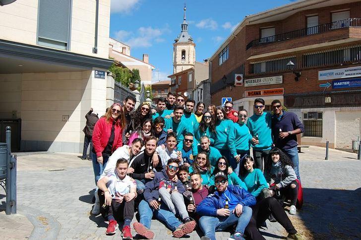 """Los Quintos y Quintas del """"00"""" de Yunquera de Henares celebran la tradicional """"Puesta del Mayo"""""""